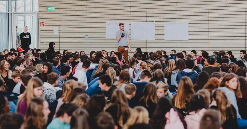 Erik Flügge moderiert eine Jugendbeteiligung