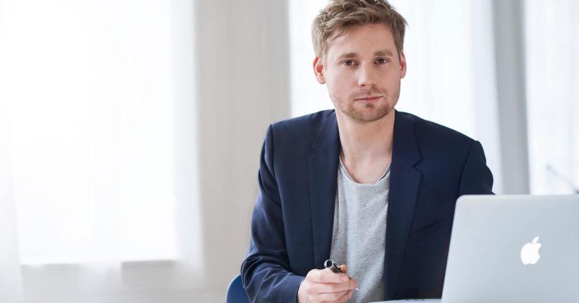Erik Flügge an einem Schreibtisch