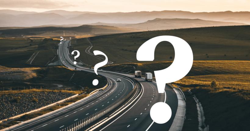 Eine Autobahn auf der sich viele Fragezeichen befinden symbolisiert den Begriff: Spurwechsel
